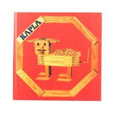 Kapla instructieboekje met dieren en verschillende constructies voor kinderen vanaf 3 jaar. De Kapla Plankjes zijn allemaal precies even groot, waardoor je de grootste torens, kastelen of andere fantasie gebouwen kan maken. Niet alleen kinderen, ook volwassenen hebben urenlang speelplezier met deze Kapla plankjes. Heb je te weinig plankjes voor je prachtige bouwwerk? Geen probleem! Omdat alle Kapla plankjes dezelfde maat hebben is het gemakkelijk om je Kapla set uit te breiden!  814647004303…
