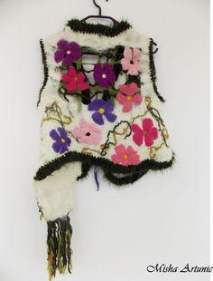 Vesta chic impaslita, cu floricele colorate si un buzuznar
