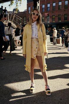 Street Style: mujeres con estilo en New York Fashion Week. El complemento, los zapatos, el peinado... Y los 30 básicos convierten a una asistente en la invitada