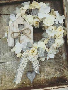 Diy Wreath, Burlap Wreath, Ester Crafts, Christmas Decorations, Christmas Ornaments, Easter Wreaths, Creative Decor, Summer Wreath, Floral Arrangements