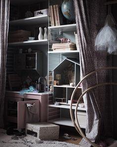 Life is messy, get used to it. #kidsroom #stringfurniture #kidsroomstorage #barnrum #barnrumsinspo #shelfie #myhome #inredning #interior #finabarnrum #barnrumsbloggen #reallife #lifewithkids #livetmedbarn #verkligheten #familylivingfint