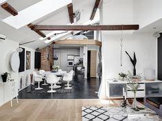 Mansardă pe două nivele cu grinzi de lemn și decor modern