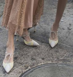 Wes Gordon.. #highheels #womenstyle #fashion #blackfriday2018 #cybermonday2018 #dailyglam #perfectpair Manolo Blahnik Hangisi, Shoes Online, Character Shoes, Kitten Heels, Dance Shoes, Pumps, Wes Gordon, Fashion, Dancing Shoes