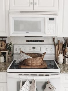 Farmhouse Kitchen Cabinets, Kitchen Appliances, Kitchen Must Haves, French Country, Homesteading, Vintage Style, Cottage, Houses, Ideas
