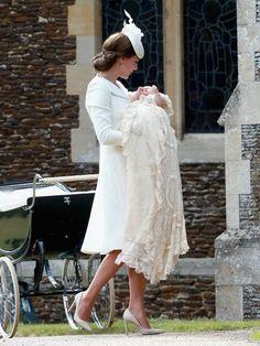 Herzogin Kate trug ihre Tochter in die Taufkirche.