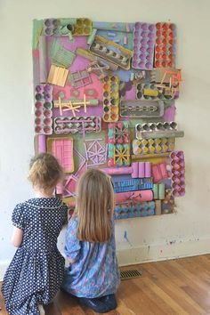 Using recycled materials, kids create a giant assemblage structure that they paint with colors they mixed themselves. A beautiful process art experience! An inexpensive and highly engaging process art experience for young children. Art For Kids, Crafts For Kids, Arts And Crafts, Art Children, Summer Crafts, Arte Elemental, Classe D'art, Recycled Art Projects, Crafts With Recycled Materials