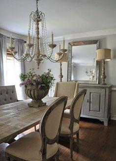 Vidékies eklektika - antikolt komód, kristálycsillár, kaspó a vastag fa asztallapon, háromféle szék az étkezőasztal körül :)