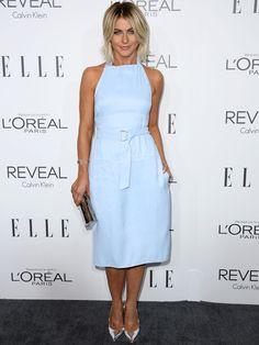 Julianne Hough con vestido midi de escote halter en azul cielo de Calvin Klein Collection .