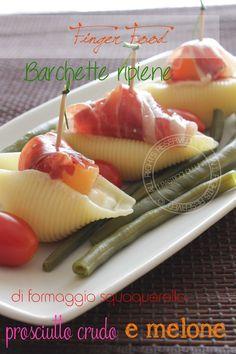 Barchette di pasta ripiene di formaggio squaquerello, prosciutto crudo e melone | Ricetta fingerfood fresca e veloce
