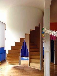 Un double escalier hélicoïdal suspendu dans un cylindre à quelques centimètres au-dessus du sol...
