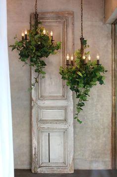 ジィールオンラインショップ/シャンデリア(アイアン製) green garland タテ。アイアン製のシャンデリアにアーティフィシャルフラワーのグリーンを装飾したジィールオリジナルのシャンデリア。みずみずしいグリーンのシャンデリアからもれる光がお部屋を照らします。