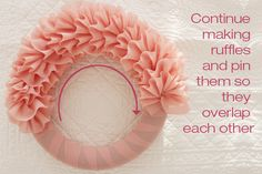 DIY: une couronne so girly! Wreath Crafts, Diy Wreath, Mesh Wreaths, Tulle Wreath Tutorial, Fabric Wreath, Wreath Ideas, Stick Wreath, Wreath Making, Crafty Craft
