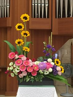 Selecting The Flower Arrangement For Church Weddings – Bridezilla Flowers Contemporary Flower Arrangements, Tropical Flower Arrangements, Funeral Flower Arrangements, Beautiful Flower Arrangements, Altar Flowers, Table Flowers, Altar Decorations, Flower Decorations, Victorian Flowers