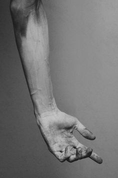 All these images are sources of inspiration on the theme of hands in art and are references for my work as an artist. Hand Drawing Reference, Body Reference, Anatomy Reference, Photo Reference, Photographie Art Corps, Figurative Kunst, Hand Pose, Hand Photography, Human Body Photography