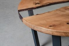 Round resin coffee table made oak slabs, river coffee table, live edge end table. Slab Table, Resin Table, Dining Table, Wood And Metal Table, Wooden Tables, Wood Sculpture, Sculpture Ideas, Walnut Coffee Table, Live Edge Table