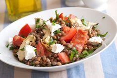 Salade lentilles et haricots/Étonnante source de fer, vitamines et magnésium les lentilles sont idéales car pauvre en calories ! En bref, découvrez une salade ingénieuse qui regroupe les lentilles et les haricots verts autour de savoureuses tomates fraiches et herbes aromatiques ! Une recette unique que vous ne manquerez pas de refaire à l'occasion d'un barbecue ou pique-nique d'été et qui changera des éternelles salades de riz et taboulé !nombre de calories par personne : environ 250 kcal