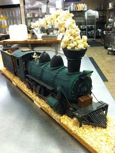 Just a car guy : Steam locomotive cake, with popcorn billowing from the stack. Shared by Carla Bonita Bolo Harry Potter, Gateau Harry Potter, Gingerbread Train, Christmas Gingerbread House, Gingerbread Houses, Crazy Cakes, Fancy Cakes, 3d Cakes, Cupcake Cakes