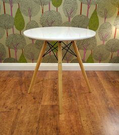 Eames Cafe Table, and killer wallpaper Charles Eames, Chair Design, Furniture Design, Coffee Table Dimensions, Circular Table, Cafe Tables, Cafe Style, Eames Chairs, Sweet Home