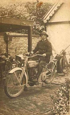 Dutchman on a Harley-Davidson Model J. Caption on the photo says 1906, but probably mid-1920's.