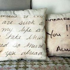 Almohadones con transferencia de cartas reales escritas a mano.