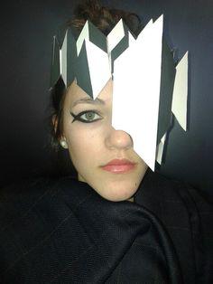 Een hoofd decoratie als een soort van kroon. Gemaakt met Irene van Dam. Hier is zij ook het model. Express de make-up bij het ene oog heftiger gemaakt om het als één geheel te maken.
