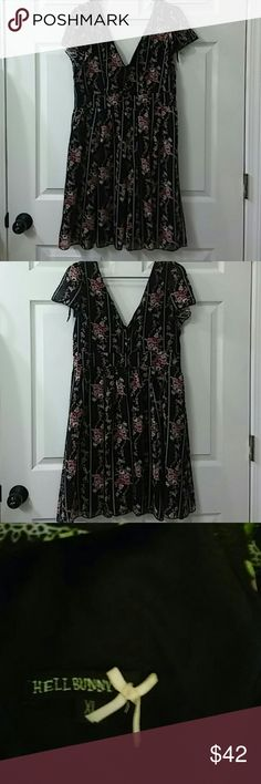 Vinyage hell bunny Flowy , lil babydoll style with beautiful floral pattern, deep sexy plunging neckline hell bunny Dresses Backless