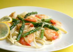 Garlic Shrimp With Asparagus and Lemon This easy saute uses one pan and is ready in under 30 minutes but the result is wonderful. A real taste of spring with the asparagus and lemon. Adapted from Fine Cooking magazine. Asparagus Dishes, Shrimp And Asparagus, Garlic Shrimp, Asparagus Recipe, Shrimp Linguine, Lemon Asparagus, Lemon Pasta, Veggie Dishes, Asparagus Salad
