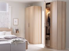 ホワイトステインオーク材のPAX/パックス ワードローブとMALM/マルム ベッドを置いて、ホワイトのDVALA/ドヴァーラ 掛け布団カバー&枕カバーを合わせた明るいベッドルーム。