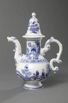 Mokkakanne, Porzellan, unterglasurblau bemalt, Meissen, 20. Jh., auf rundem Fuß gebauchter Korpus m — Porzellan