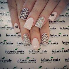 Botanic nails nude, black, lines and hearts – Watch out Ladies Nude Nails, Acrylic Nails, Botanic Nails, Instagram Nails, Glitter Nail Art, Bling Nails, Creative Nails, Nails Inspiration, Beauty Nails