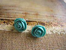 Napichovacie náušničky s ručne modelovanými ružami z fima namiešaného v tyrkysovej farbe zo spodnej strany prelakované lakom na fimo hmotu. Farba komponentov je platina.