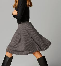 Wunderschön! Der Plisseerock ist hier in einen superschönen Herbst-Winterlook eingebaut! Pleated Skirt Outfit, Skirt Outfits, Dress Skirt, Look Fashion, Skirt Fashion, Womens Fashion, Accordion Skirt, Skirts With Boots, Business Outfits