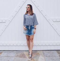 Look básico: camisa, saia jeans e mocassim metalizado.
