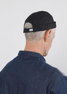 Véritable bonnet breton à revers imperméable pour braver les intempéries. Miki ajustable grâce à sa patte de re-serrage velcro sur l'arrière.  Sa doublure bleu et sa pression décorative sur le haut le démarque des autres. Velcro, Revers, Baseball Hats, Fashion, Falling Down, Top, Blue, Black People, Moda
