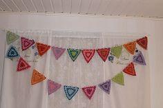 KirsiS's Sateenkaari viirinauha, based on Granny Bunting Triangles crochet pattern by Lucy of Attic24