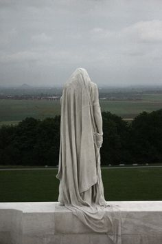 The Memorial at Vimy is a National Canadian Monument and serves to commemorate t. - Friedhöfe & Co. Cemetery Statues, Cemetery Art, Angel Statues, Greek Statues, Buddha Statues, Oeuvre D'art, Sculpting, Sculptures, Architecture