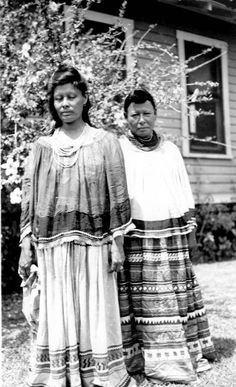 This is a picture of two miccosukee women wearing wraparound skirts woven from palmetto fiber. Native American Photos, Native American Tribes, Native American History, Seminole Patchwork, Seminole Indians, First Nations, American Apparel, Cherokee, Florida