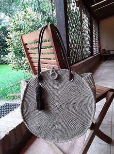 Marvelous Crochet A Shell Stitch Purse Bag Ideas. Wonderful Crochet A Shell Stitch Purse Bag Ideas. Crochet Handbags, Crochet Purses, Handmade Handbags, Handmade Bags, Crochet Shell Stitch, Yarn Bag, Round Bag, Macrame Bag, Purse Patterns