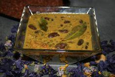 Dal makhani  Ingrédients pour 4 personnes:  125g de lentilles verte 100g de haricots rouges en boîte ou frais 1 oignon coupé en morceaux 2 gousses d'ail 4 tomates pelées au jus 10 cl de crème fraîche d'Isigny ou de la crème liquide de soja 15g de beurre clarifier (Ghee) ou margarine végétale 1 cuillère à café de paprika 1 cuillère à café de curcuma 1,5 cuillère à soupe de curry 1/2 cuillère à café de garam masala 3 feuilles de laurier Une demi cuillère à soupe de coriandre...