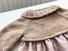 1v. Todos los puntos del derecho Knit Or Crochet, Lace Knitting, Crochet Baby, Knitting Patterns, Baby Couture, Knitting For Kids, Knit Dress, Knitted Hats, Pullover