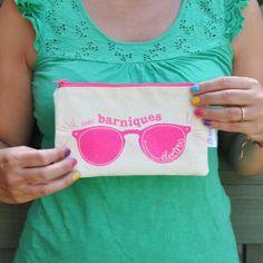 Une exclusivité MMM en partenariat avec la marque montréalaise Lili Graffiti: La pochette à lunette Funcky « Mes barniques des piqueniques électros »  Existe en 4 couleurs: - Brut / Bleu phosphorescent (intérieur à pois) - Brut / Rose flash (intérieur à pois) - Brut / Noir (intérieur chevron) - Fluo / Noir (intérieur fluo)  http://memyselfandmontreal.com/boutique/boutique/pochette-lunettes/