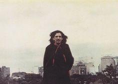 """""""E foi no dia seguinte, quando pegou a estrada, que Caetano escreveu Cajuína, expressando em palavras cantadas a complexidade e simplicidade de momentos que despertam sentimentos quase intraduzíveis."""""""