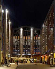 Der 1. Hof der Hackeschen Höfe beim Hackeschen Markt in der Spandauer Vorstadt in Berlin-Mitte. Zu sehen ist die Front mit dem Durchgang zum 2. Hof.