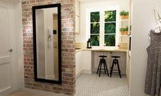 Czerwone cegły dekorują zarówno kuchnię, jak i przedpokój, który do niej prowadzi. Kolejnym spójnym elementem w...
