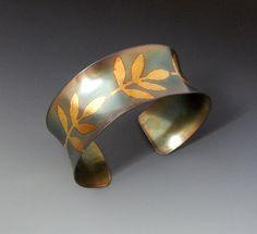 Elegant und gleichzeitig organische!    Dieser handgefertigten Manschette entstand aus Sterling silber und 24 k gold unter Verwendung einer