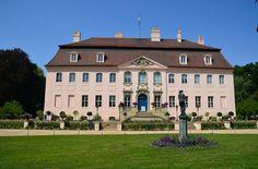 Mit Cottbus verbindet man irgendwie alles mögliche oder gar nichts, doch als Standort eines Schlosses ist die Stadt im östlichsten Osten von Deutschland eigentlich eher nicht bekannt. Am Stadtrand gelegen, eingebettet in den Branitzer Park befindet sich das Schloss Branitz. Hier residierte einst der Fürst Pückler, dessen Namen die meisten wohl nur mit dem gleichnamigen Pückler-Eis in Verbi ...