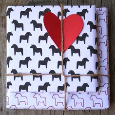 Free printable gift wrap patterns of dala horses - dalahästar. For wrapping valentine gifts or christmas presents or.. just be creative with it :)