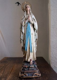 Etsy のHoly virgin Mary of Lourdes Glass Eyes w Rosary Roses Religious Statue Antique Art/756(ショップ名:GliciniaANTIQUE)