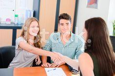 陽気な若いカップルハンドシェークは、実りあるビジネス女性の取引 – ロイヤリティフリーのストックフォト