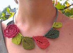 """Ecco la mia versione della collana """"foglie """" realizzata dalle mie amiche """"Pinocchie"""". Ho aggiunto una rosellina rossa che dà un tocco d..."""